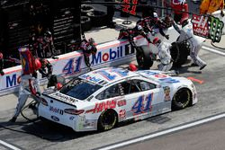 Kurt Busch, Stewart-Haas Racing, Ford Fusion Mobil 1/Haas Automation pit stop