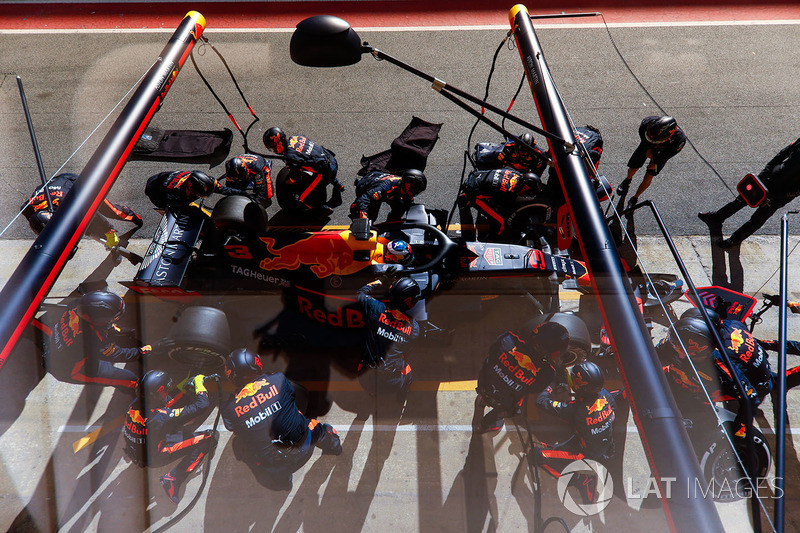 Daniel Ricciardo, Red Bull Racing RB14, pit stop