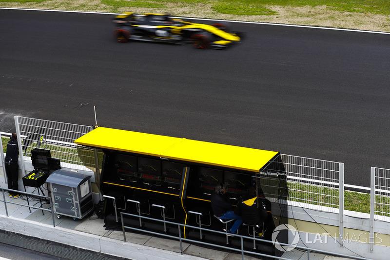 Nico Hulkenberg, Renault Sport F1 Team RS18., passes the Renault pit gantry