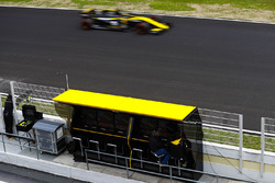 Nico Hulkenberg, Renault Sport F1 Team RS18., passes the Renault pit gantry
