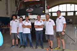 Antonio Cabini con sus hijos Raffaella y Carlo Augusto y tres miembros del equipo Orobica Raid