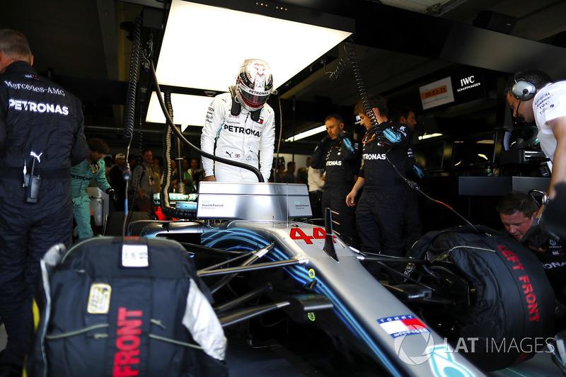Lewis Hamilton, Mercedes AMG F1, entre dans son cockpit