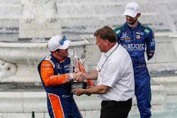 Winnaar Scott Dixon, Chip Ganassi Racing Honda ontvangt de trofee van Jim Campbell van Chevrolet