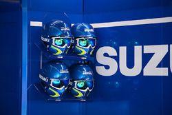 Les casques du Team Suzuki MotoGP