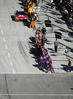 Dale Earnhardt Jr., Hendrick Motorsports Chevrolet, Hendrick Motorsports Chevrolet is greeted by teams as he leaves pit road