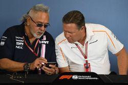 Dr. Vijay Mallya, team principal de Force India et Zak Brown, PDG de McLaren Racing, en conférence de presse