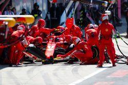 Kimi Raikkonen, Ferrari SF71H, en pits
