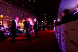 Les invités arrivent sur le tapis rouge
