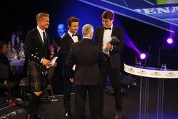 Derek Warwick se presentó con un premio por Lando Norris y George Russell