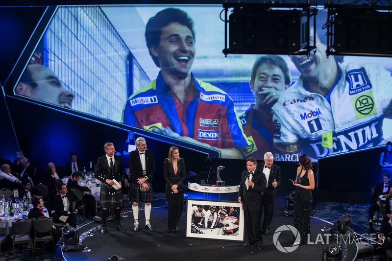 Nelson Piquet recibe un premio a la trayectoria con Gordon Murray, Herbie Blash y Julia Piquet