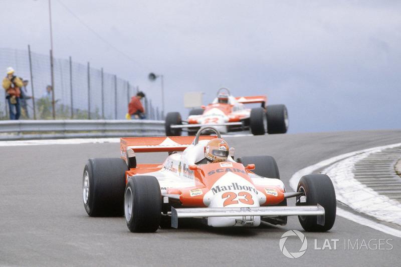 Bruno Giacomelli, Alfa Romeo 179B à frente de Mario Andretti, Alfa Romeo 179B (1981)