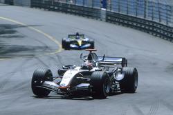 Kimi Räikkönen, McLaren MP4-20; Fernando Alonso, Renault R25