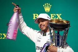 Race winner Lewis Hamilton, Mercedes AMG F1 and Champagne