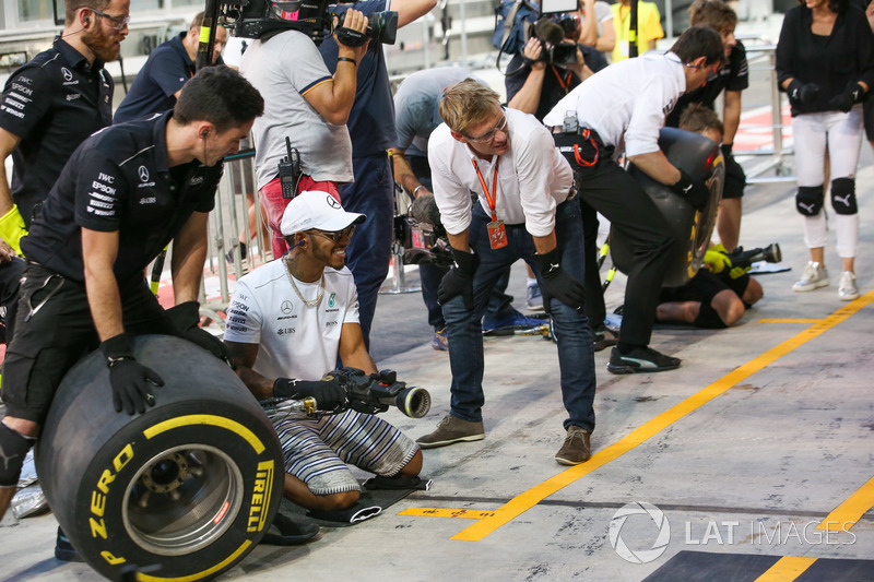 Lewis Hamilton, Mercedes AMG F1, joins in, the practice pitstops