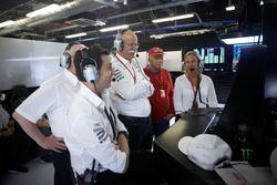 Toto Wolff, Executive Directeur Mercedes AMG F1, Dr Dieter Zetsche, CEO, Mercedes Benz, Niki Lauda, Non-Executive Voorzitter, Mercedes AMG F1, kijken toe hoe Valtteri Bottas, Mercedes AMG F1, de pole pakt