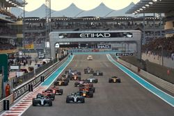 Valtteri Bottas, Mercedes AMG F1 W08, Lewis Hamilton, Mercedes AMG F1 W08, Sebastian Vettel, Ferrari SF70H, Daniel Ricciardo, Red Bull Racing RB13, Kimi Raikkonen, Ferrari SF70H, Max Verstappen, Red Bull Racing RB13, the rest of the field at the start of the race