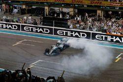 Winnaar Valtteri Bottas, Mercedes-Benz F1 W08 doet donuts in parc ferme