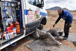 Lavori di riparazione sulla Yamaha #18 di Alessandro Botturi e sul furgone di assistenza