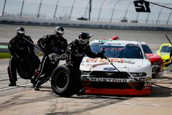 Chase Briscoe, Roush Fenway Racing, Ford Mustang Nutri Chomps pit stop