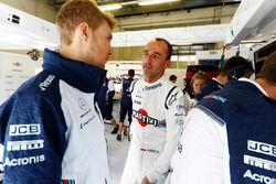 Robert Kubica, Williams Martini Racing, rozmawia z Siergiejem Sirotkinem, Williams Racing, w garażu zespołu