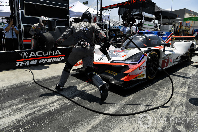 #7 Acura Team Penske Acura DPi, P: Helio Castroneves, Ricky Taylor, pit stop