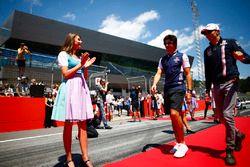 Grid Girl con abiti tradizionali ai lati del corridoio che i piloti percorrono prima della drivers parade, mentre Lance Stroll, Williams Racing, ed Esteban Ocon, Force India, passano