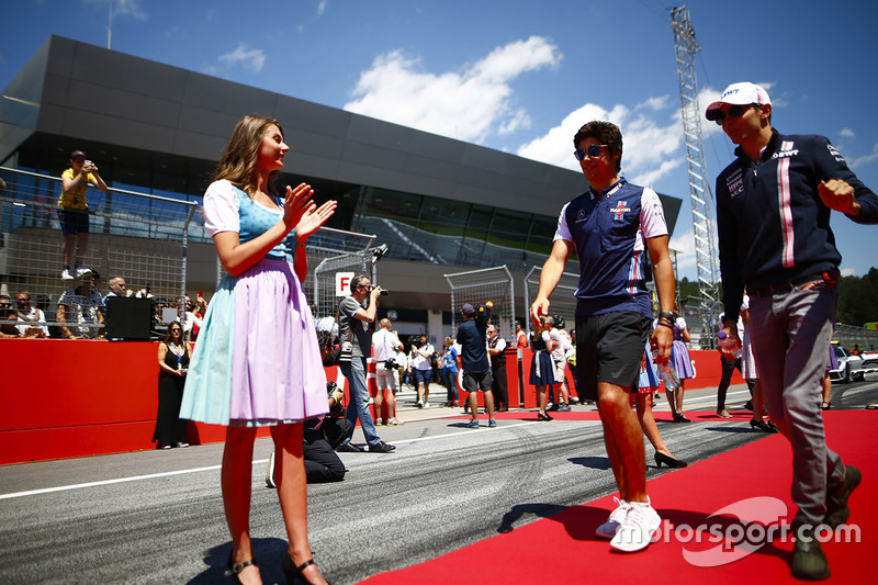 Lance Stroll, Williams Racing, y Esteban Ocon, Force India, antes del desfile de pilotos