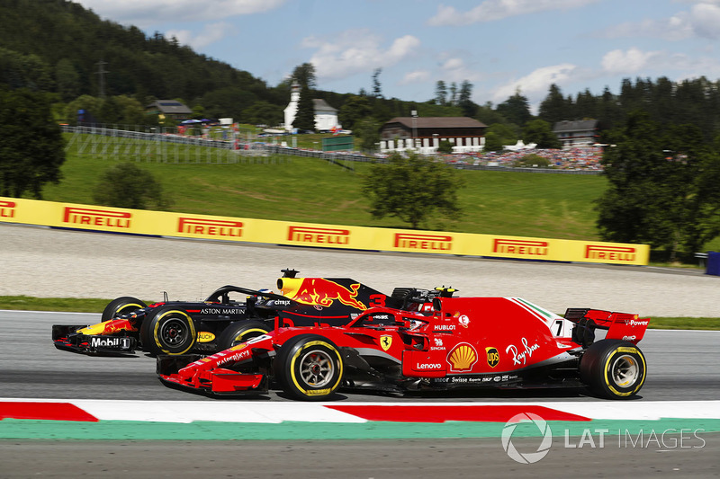 Daniel Ricciardo, Red Bull Racing RB14 and Kimi Raikkonen, Ferrari SF71H