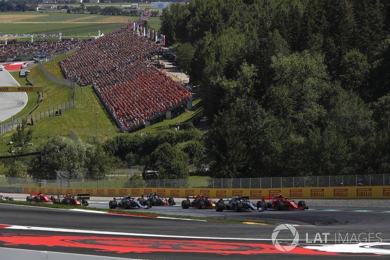 Lewis Hamilton, Mercedes-AMG F1 W09 et Kimi Raikkonen, Ferrari SF71H en lutte au départ de la course