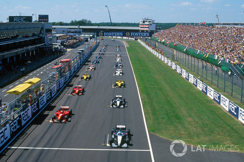 Для Шумахера гонка не задалась с самого начала – он плохо стартовал, пропустив вперед Култхарда и Ирвайна