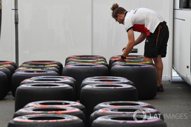Mecánico de Sauber con neumáticos Pirelli
