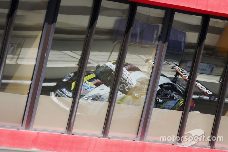 Il riflesso di Simone Pellegrinelli, Bonaldi Motorsport, in pit lane