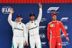 Valtteri Bottas, Mercedes-AMG F1, ganador de la pole Lewis Hamilton, Mercedes-AMG F1 y Sebastian Vettel, Ferrari celebran en parc ferme