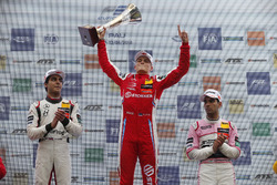 Sur le podium : le vainqueur Ralf Aron, PREMA Theodore Racing Dallara F317 - Mercedes-Benz, le deuxième Enaam Ahmed, Hitech Bullfrog GP Dallara F317 - Mercedes-Benz, le troisième, Jehan Daruvala, Carlin Dallara F317 - Volkswagen