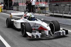 Barbara Palvin y Zsolt Baumgartner, en el coche de dos plazas F1 Experiences