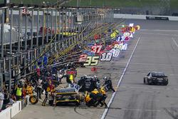 Brad Keselowski, Team Penske, Ford Fusion Alliance Truck Parts pit stop