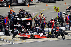 Noah Gragson, Kyle Busch Motorsports, Toyota Tundra Safelite AutoGlass makes a pit stop, Sunoco