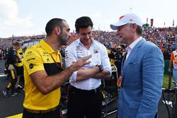 Cyril Abiteboul, Renault Sport F1 Managing Director, Toto Wolff, Mercedes AMG F1 Director of Motorsport and Sean Bratches, Formula One Managing Director, Commercial Operations on the grid