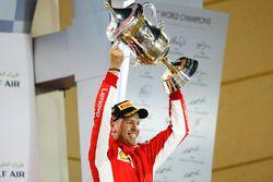 Sebastian Vettel, Ferrari, 1° classificato, alza il suo trofeo sul podio