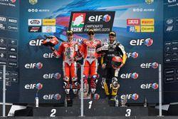Podio Gara 2: Il secondo classificato Matteo Ferrari, Barni Racing, il vincitore Michele Pirro, Barni Racing, il terzo classificato Luca Vitali, DMR Racing