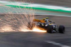 Las chispas vuelan desde el coche de Carlos Sainz Jr., Renault Sport F1 Team R.S. 18