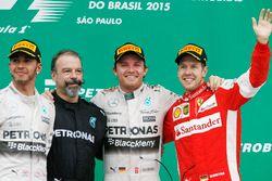 Podium : le second Lewis Hamilton, Mercedes AMG, James Waddell, technicien composite Mercedes AMG F1, le vainqueur Nico Rosberg, Mercedes AMG, le troisième Sebastian Vettel, Ferrari