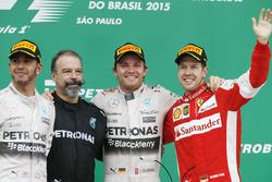 Подиум: победитель гонки Нико Росберг, Mercedes AMG, второе место – Льюис Хэмилтон, Mercedes AMG, тр