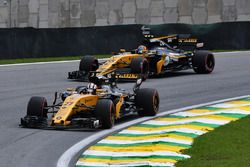 Nico Hulkenberg, Renault Sport F1 Team RS17 et Carlos Sainz Jr., Renault Sport F1 Team RS17