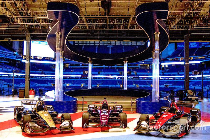 Presentación Schmidt Peterson Motorsports detrás el Lucas Oil Stadium