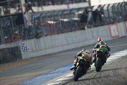 Джонатан Рей, Kawasaki Racing Team едет впереди Тома Сайкса, Kawasaki Racing Team