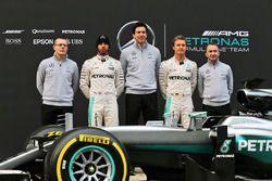 Andy Cowell, Geschäftsführer von Mercedes-Benz High Performance Powertrains; Lewis Hamilton, Mercede
