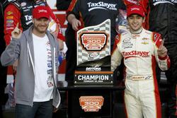 Race winnaar: Chase Elliott, JR Motorsports Chevrolet met Dale Earnhardt Jr