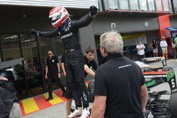 Le vainqueur Pedro Piquet dans le parc fermé