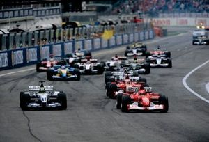 Ralf Schumacher, BMW Williams FW25, Michael Schumacher, Ferrari F2002, lottano per la prima posizione alla partenza della gara